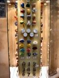 Déstockage de 130.000 articles neuf comprenant des poignées de porte et des boutons de...