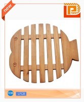 Fish-shaped wooden cutting board with gap